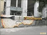 校園公共藝術 圍牆做大提琴