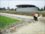 高美濕地遊客中心旁 未建農機坡道惹怨
