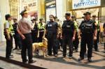 警方出動緝毒犬嗅聞毒品 客人:太酷了