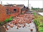 台南下營颳怪風 吹倒磚牆大掀屋頂