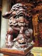 塞硬幣求好運…三峽祖師廟 木獅口「吃不消」