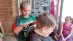 小學生光頭遭嘲笑 女勇師剃光頭髮助生找自信
