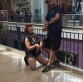 紐約男把女子當狗遛  「爬行」逛大街