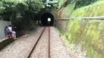 恐怖!火車隧道內竟出現一對母子