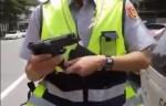 警「亮槍」證明身分? 違停婦PO上網反挨轟