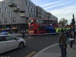 溫馨!英男被壓車底  百名路人抬起雙層巴士救人