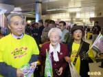 蔡英文飛抵洛杉磯 102歲人瑞接機