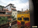 台鐵電車線斷落3點半搶通 2萬多人受影響
