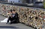 人們的愛太重... 巴黎橋樑百萬個愛情鎖拆了!