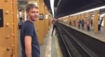 糗!男子地鐵玩命跳月台  當場摔成L型