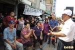台南下營市場架圍籬 攤商抗議推倒