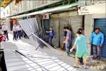 抗議下營零售市場拆 攤商推倒圍籬