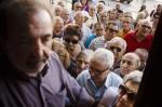 老人只靠退休金過活  希臘開放部分銀行領錢