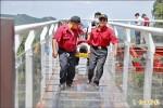 模擬拍照墜谷 南投龍鳳瀑布天空步道救護演習