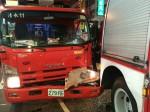 消防車擦撞 消防猛男從車頂上墜地 民眾嚇傻