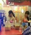 飲料店員比基尼上陣 網友:粉紅那個我可以