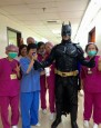 替醫護人員打氣!「蝙蝠俠」半夜送飲料、麵包