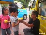 胖卡車環島作公益 做冰淇淋給學童吃