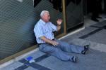 心酸! 希臘老翁領無退休金 銀行外崩潰痛哭