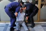 心酸!希臘老翁領無退休金崩潰痛哭