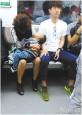 太有愛了!男孩地鐵上熟睡 暖男充當「人肉枕頭」