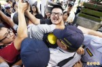 赴教部抗議黑箱課綱 學生翻牆一度被捕上銬