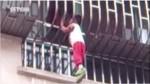 驚險!中國4歲童頭卡3樓防盜窗 雙腳懸空