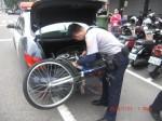 女大生單車赴約被撞歪 帥警接送幫大忙