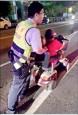 殘障婦代步車沒電 愛心警助推返家