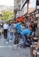 悲慘!難民童賣衛生紙 遭餐廳經理無情爆打
