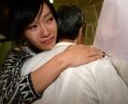家人獻花接機 聽障選美亞洲區冠軍林靖嵐喜極而泣