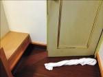 防毒味散出 旅館房門塞毛巾