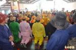 東港東隆宮迎王祭典 信眾跪拜呈文進表