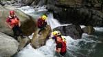 新竹尖石1人溯溪溺水卡石縫  消防人員搶救中