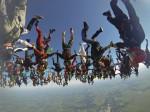 震撼! 164名跳傘員空中牽手 綻放華麗巨花