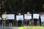 反對學生佔領教育部 民眾舉海報對街表態
