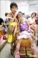6歲童帶腦麻姊上課 陪智障媽識字