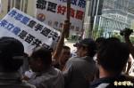 許志堅涉貪 台聯青年軍:朱立倫下台 新北市府前抗議燒金條