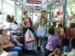 療癒系玩偶陪搭車 新北兒藝節童話公車上路