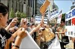 抗議朱包庇許志堅 台聯鞋砸新北市府