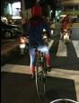 台南街頭深夜 出現騎單車蜘蛛人