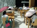 太陽太大了!在深圳圖書館讀書竟要撐傘