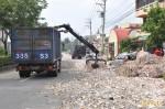 聯結車過彎 廢紙綑砸毀村長車