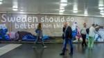 瑞典反移民廣告 遭群眾當場撕下