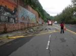 至善路三段擋土牆的碎石掉落 人車小心