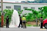 婦誤踩油門撞斷 消防栓噴泉