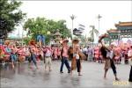 義民祭開幕 32廟創意挑擔回娘家
