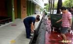 台南新營國小開學先防蚊 水溝撒鹽、蓋細網