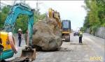 連日雨土石鬆 台三線南化段崩落20公噸巨石