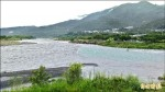 雨後奇觀 水里溪現「陰陽海」